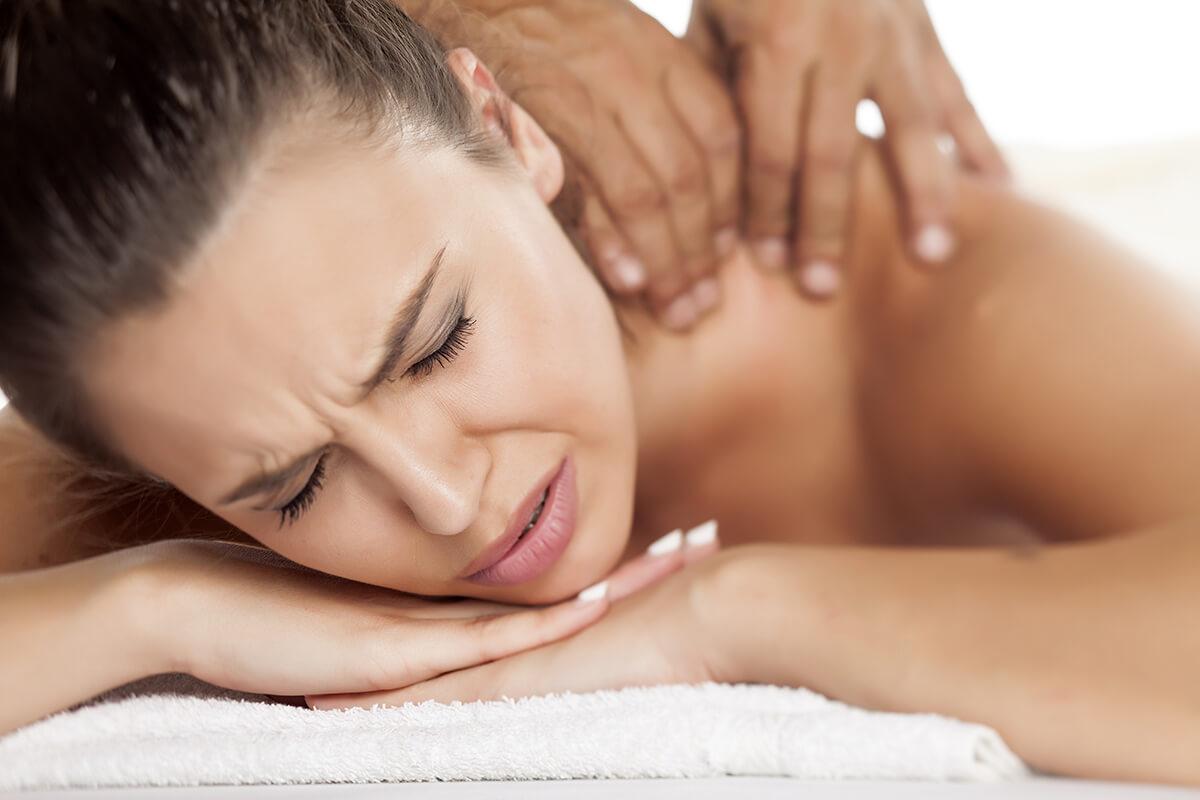 Bolestivá masáž zamračený výraz ženy