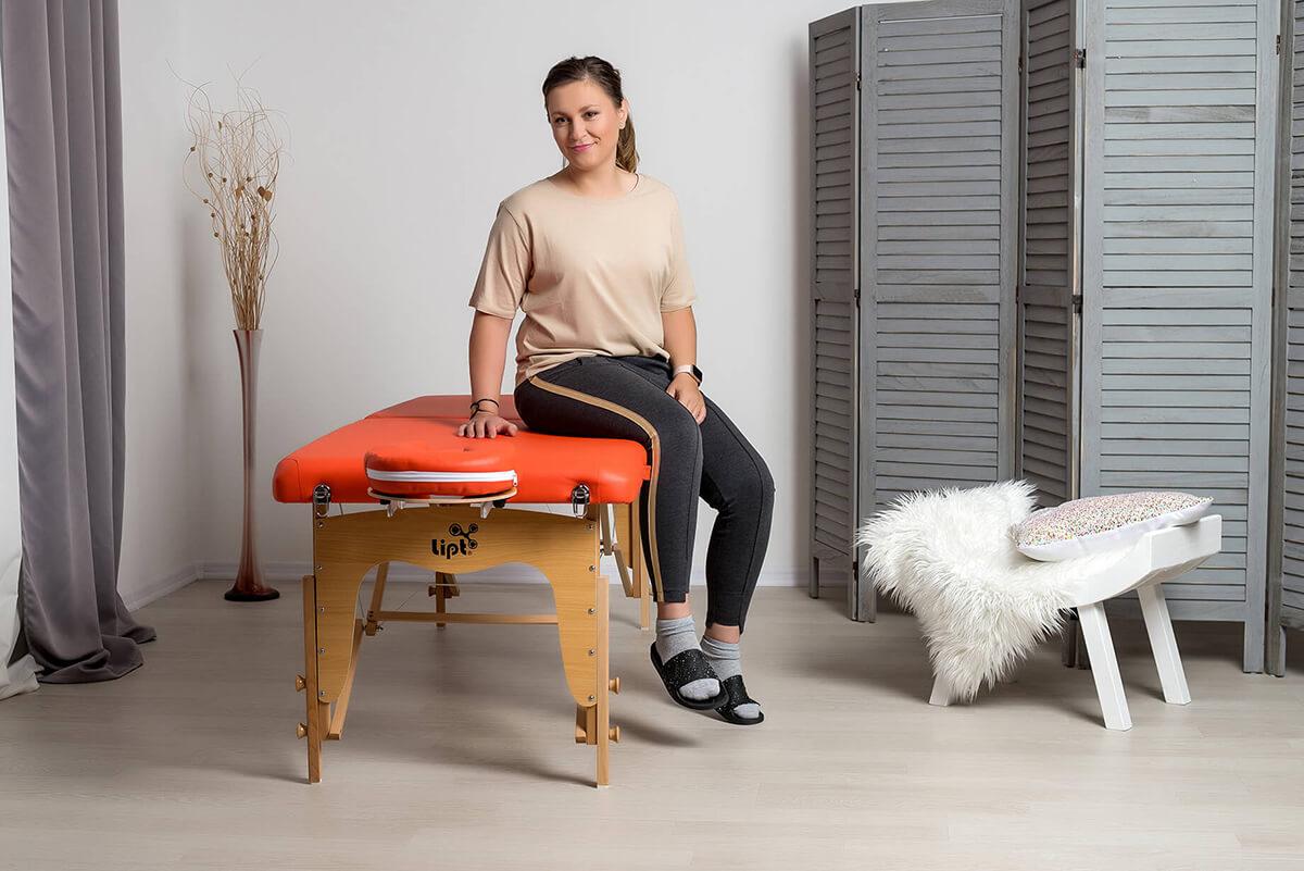 Masérka spokojená s masážním lehátkem