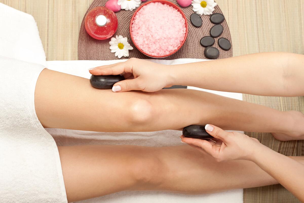 Při masáži se využívají kameny různých velikostí a tvarů